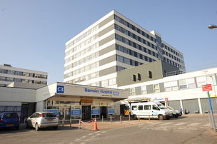 Main image for Hundreds turn up at hospital's A and E